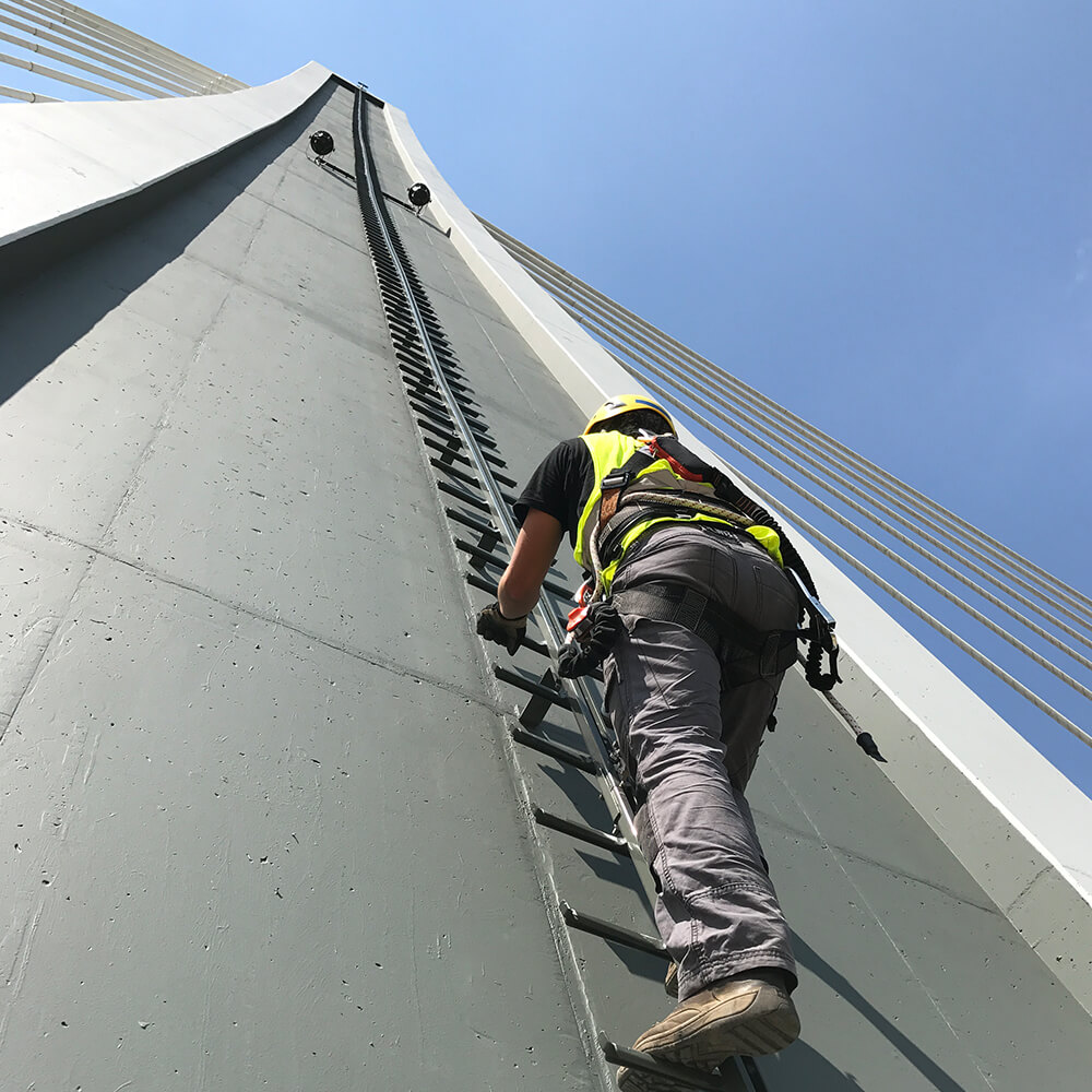 Accen Vertic Rail- žebřík s kolejnicovým vedením- vertikální jistící systém pro žebříky a vertikální komunikační tahy 2